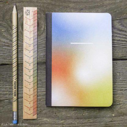 carnet holi et sa règle et son crayon