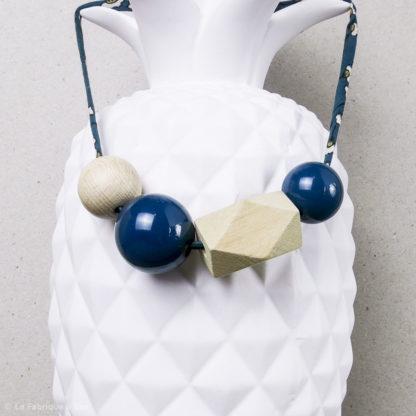 collier en perles en bois et en résine